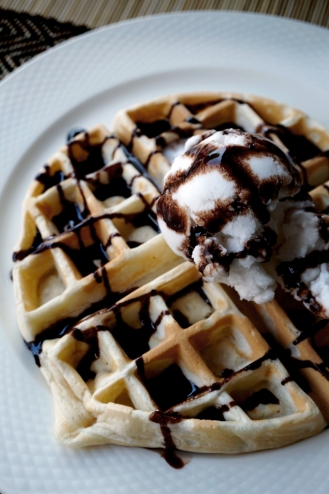 Våffla med chokladsås och glass från Vegan Heaven